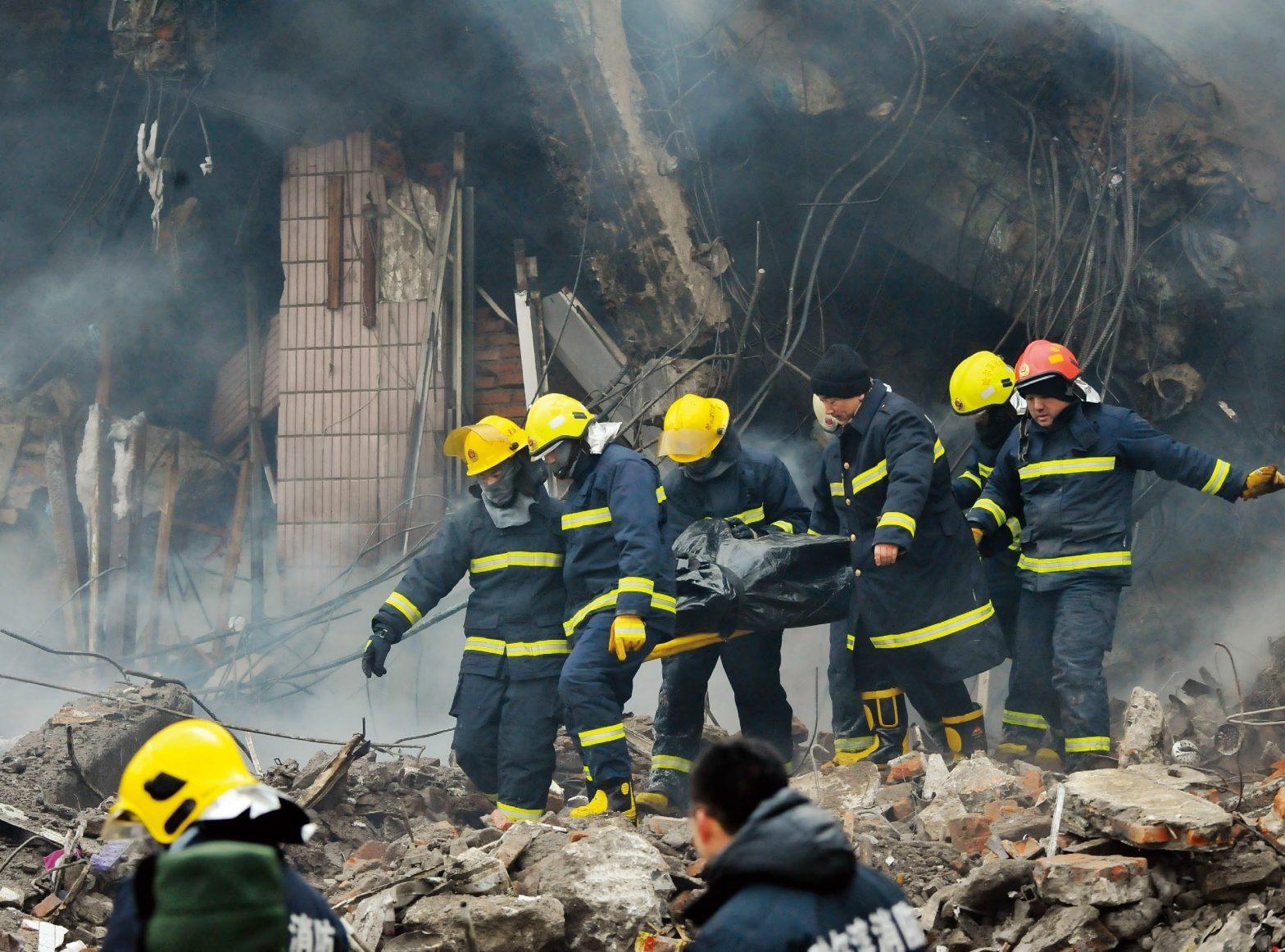 """""""烂尾楼""""在冰火中坍塌哈尔滨仓库火灾五名消防员牺牲"""