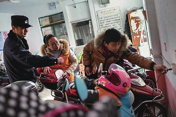 """智能大""""充""""关通河七村电动车安全充电有妙招"""
